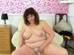 English milf Sabrina lets you enjoy her itchy fanny