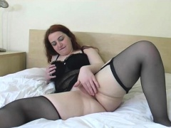 Powered BBW using a vibrator in order to masturbate