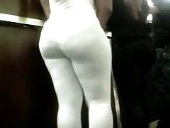 Morocha en leggings blancos
