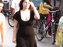 Huge Candid Busty Bouncing Cleavage