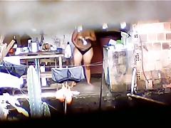 Mulata gorda da favela se banhando na laje