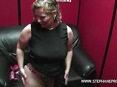 Une grosse salope belge se branle dans un sexshop