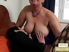 Bitch besorgt es shackle Fotze